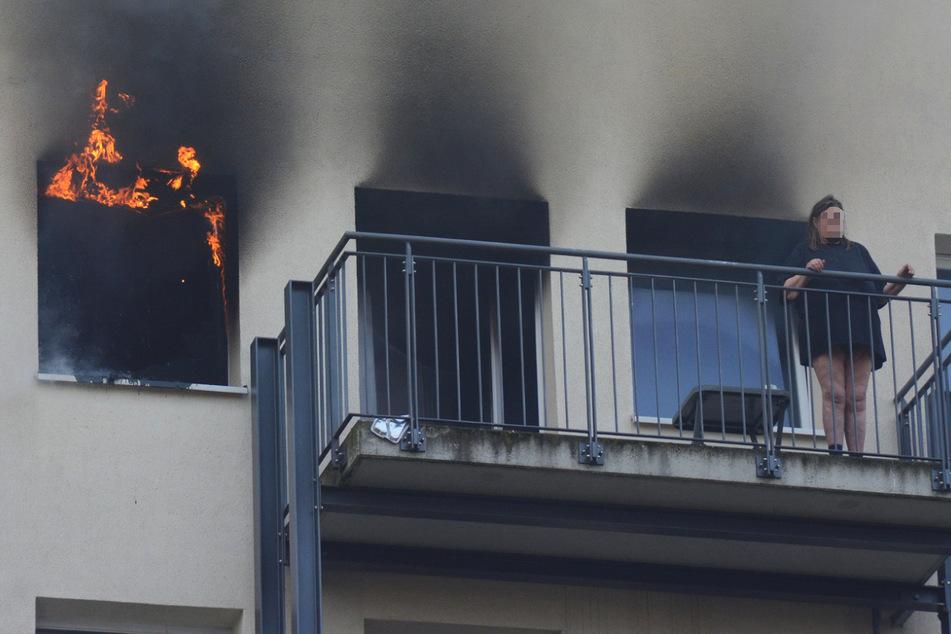 Hamburg: Brand in Mehrfamilienhaus! Feuerwehr rettet Frau aus brennender Wohnung