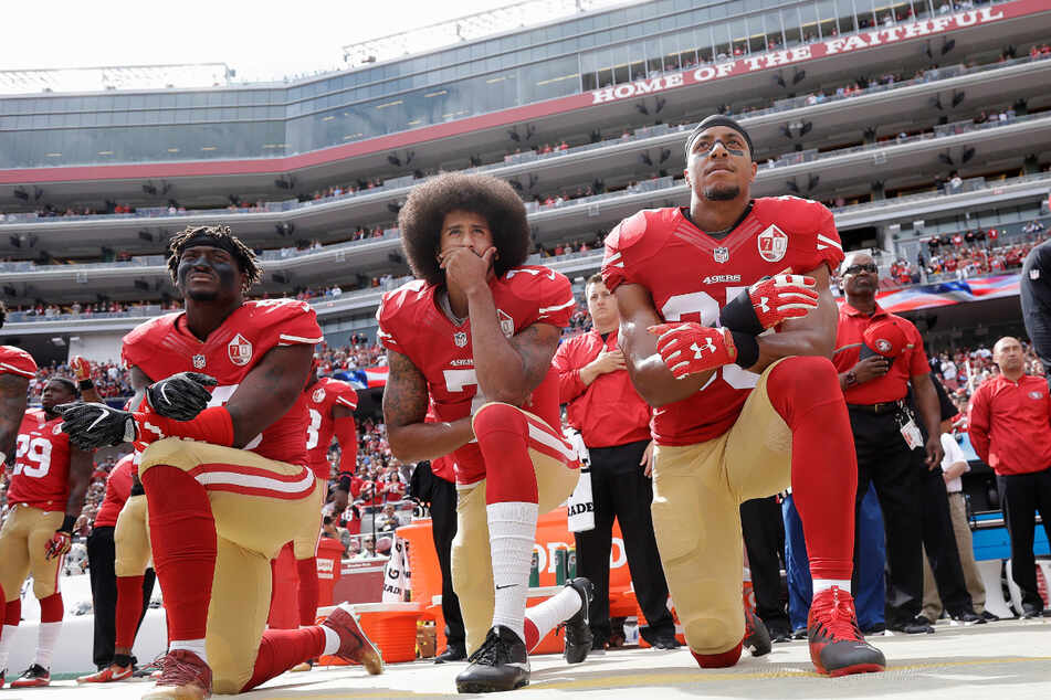Wenige Tage später gleich nochmal: 2. Oktober 2016, Santa Clara: v.l.: San Francisco 49ers Linebacker Eli Harold, Quarterback Colin Kaepernick und Safety Eric Reid knien bei der Nationalhymne vor einem NFL Fußball-Spiel gegen die Dallas Cowboys.