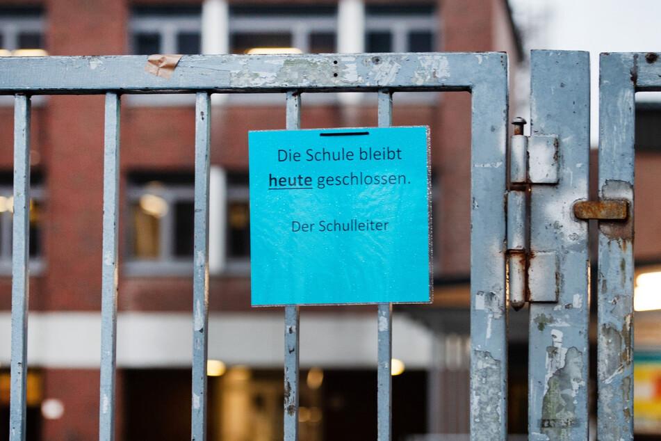 NRW-Ministerpräsident Armin Laschet (CDU) hat weitere Öffnungsschritte bei Schulen angekündigt, wenn Nordrhein-Westfalen unter die Inzidenz-Marke von 50 sinkt.