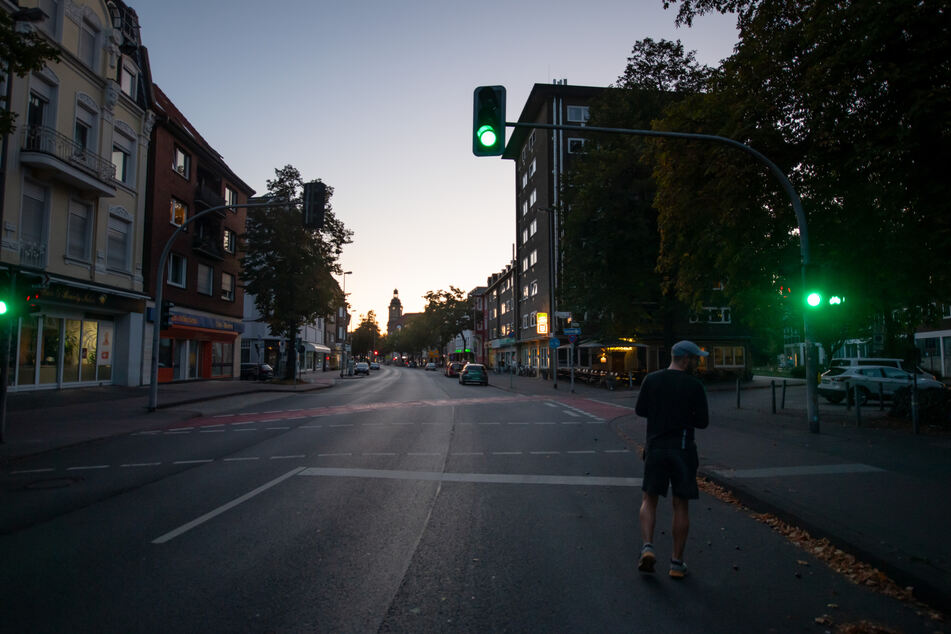 Ein Jogger ist im Morgenlicht auf der Warendorfer Strasse unterwegs. In Münster müssen rund 16 000 Menschen ihre Wohnungen verlassen.