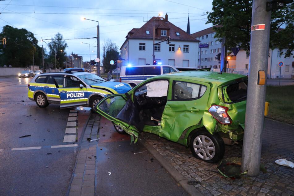 In Dresden kollidierte ein Opel Karl mit einem Polizeiwagen.