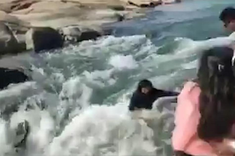 Dann verliert sie das Gleichgewicht und stürzt in die Fluten.