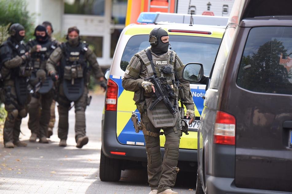 Zwei Männer melden sich auf Englisch bei der Polizei und sorgen für Großeinsatz