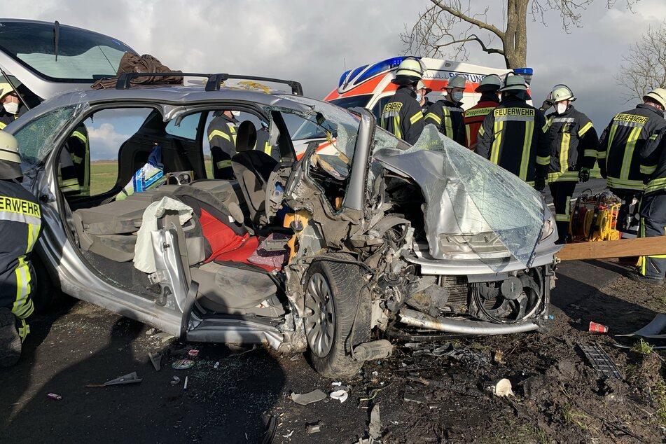 Das Auto wurde bei dem Aufprall total zerstört.