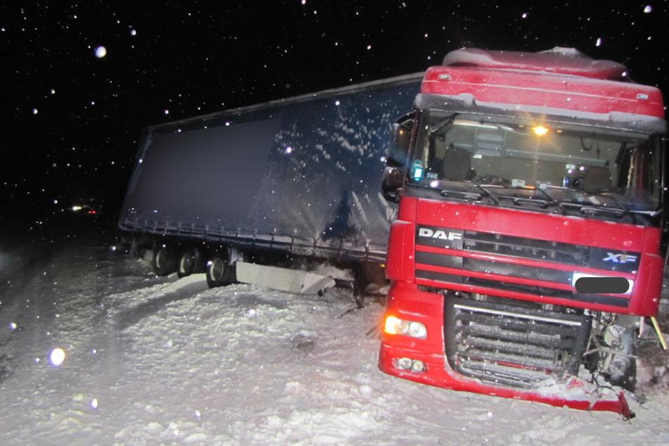 Der verunfallte Lkw war in zwei Leitplanken geknallt.