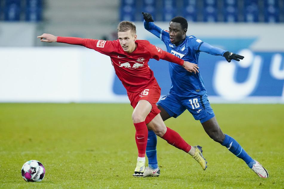 Leipzigs Dani Olmo (22, l.) im Duell mit Hoffenheims Diadie Samassekou (25). Olmo soll auch am Freitag wieder für Torgefahr sorgen.