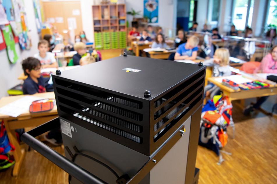 Spätestens bis zu dem Herbstferien sollen 10.000 Luftfilter in den Unterrichtsräumen aufgestellt werden. (Symbolbild)