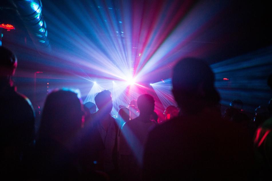 Menschen tanzen in einem Club. 70 Gäste sind bei einer Testparty in Hamburg zugelassen. (Symbolbild)