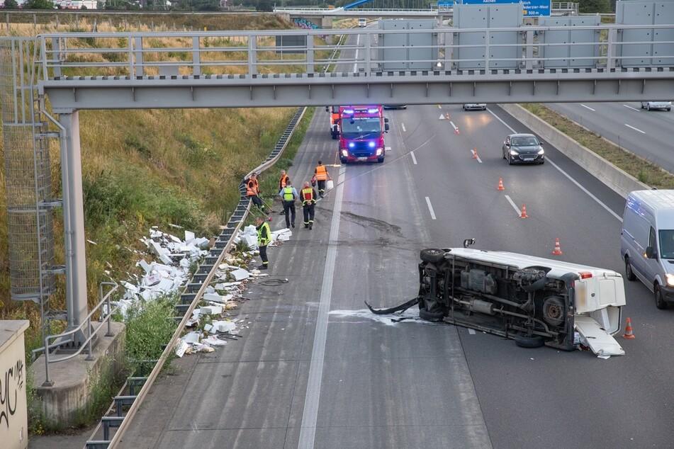 Der Transporter hatte auf der A4 einen Reifenplatzer und stürzte um. Dabei verlor er seine Ladung.