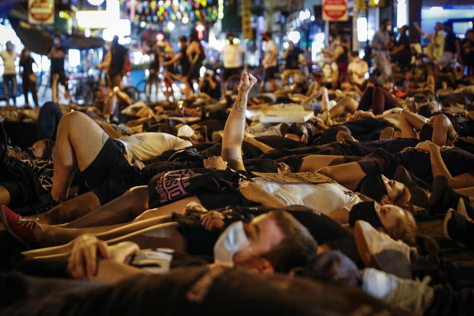 Die Menschen demonstrieren gegen Rassismus.