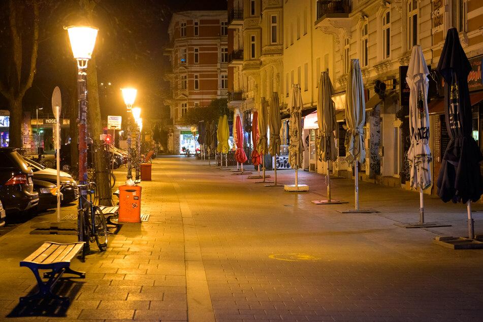 Das sonst bei Nachtschwärmern beliebte Schulterblatt im Schanzenviertel ist menschenleer, nachdem am Karfreitagabend erstmals die nächtliche Ausgangsbeschränkung in Kraft getreten war.