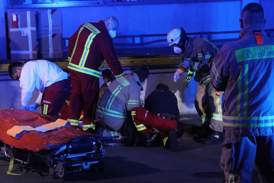Rettungskräfte kümmern sich um den Schwerverletzten.