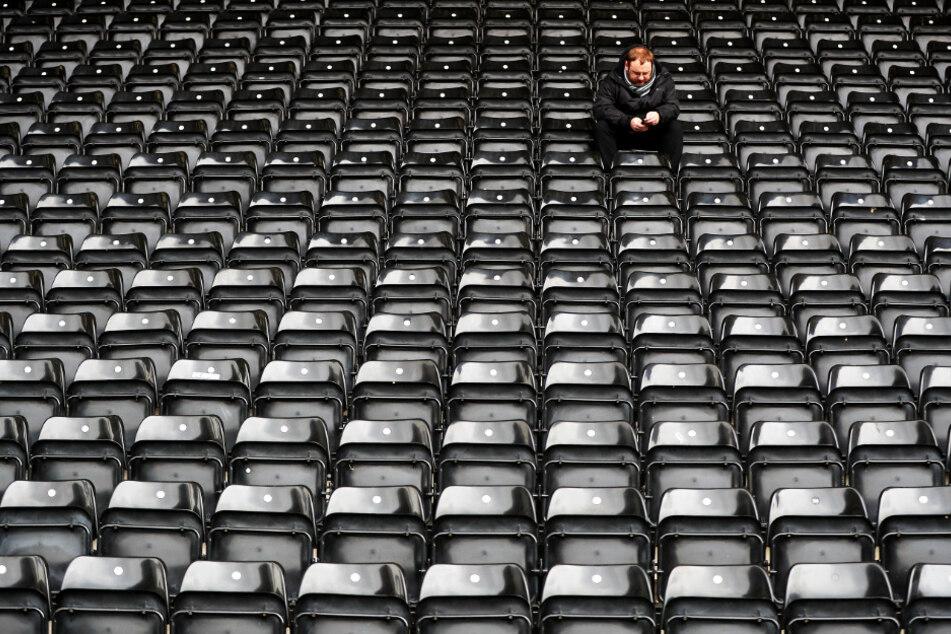 Ein einzelner Fan sitzt beim Spiel am Samstag zwischen Notts County und Eastleigh FC (4:0) auf der Tribüne desMeadow Lane Stadions.