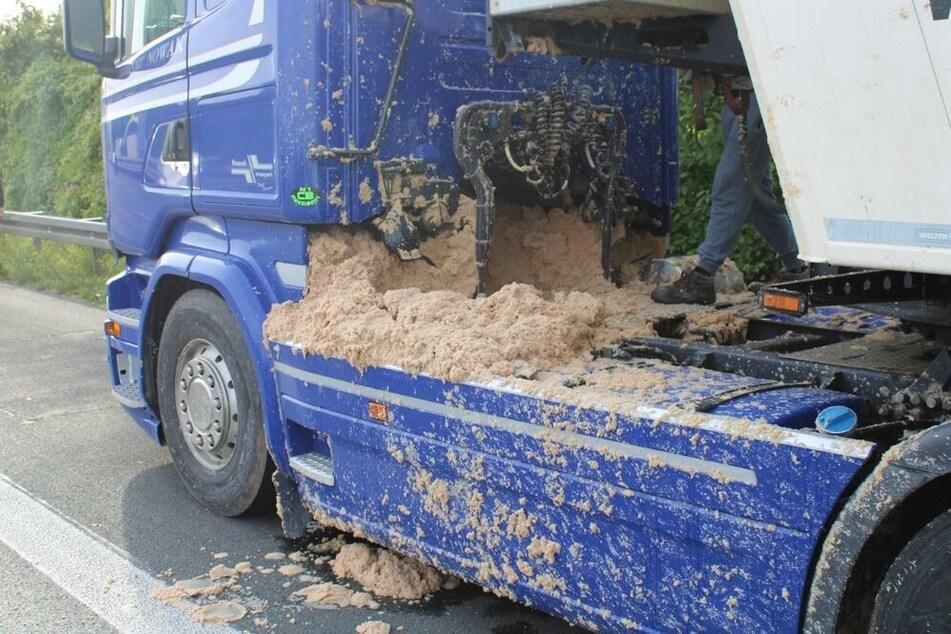 Richtige Schweinerei: Ein Lkw verlor auf der A2 jede Menge Kartoffelpresspülpe.