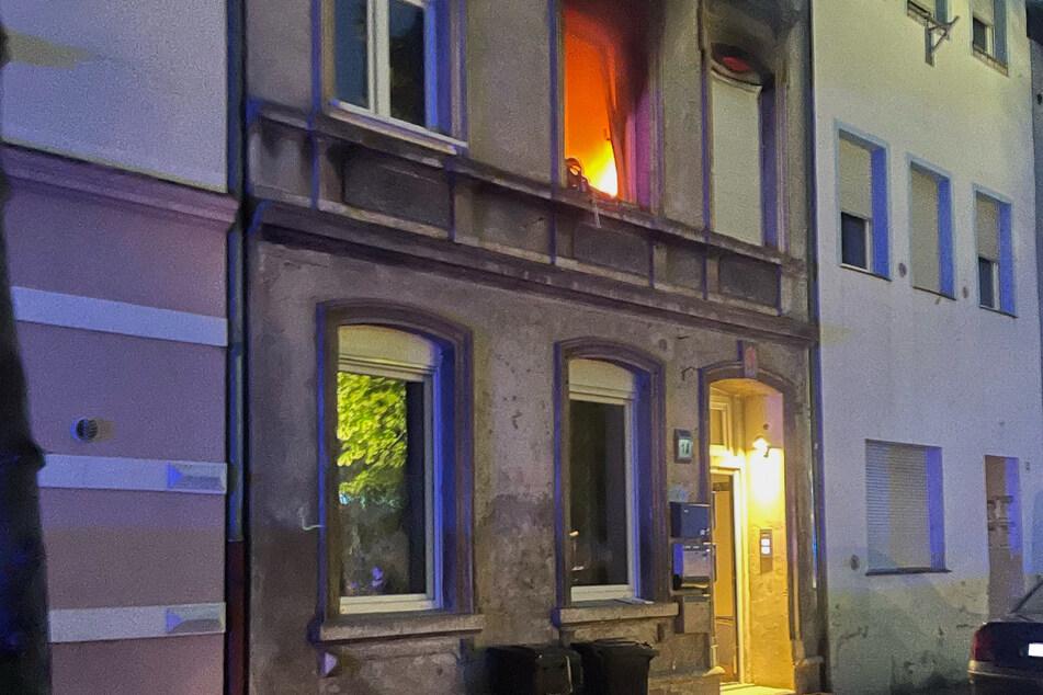 Als die Feuerwehr eintraf, brannte die Wohnung in der ersten Etage lichterloh.