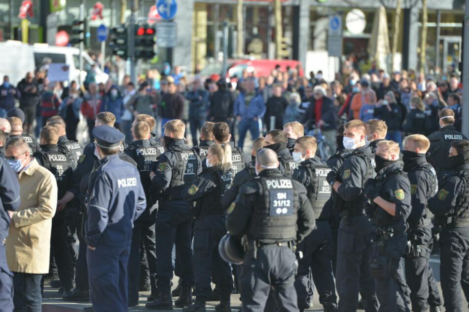 Zu viele Demo-Zuschauer! Polizei räumt Brückenstraße