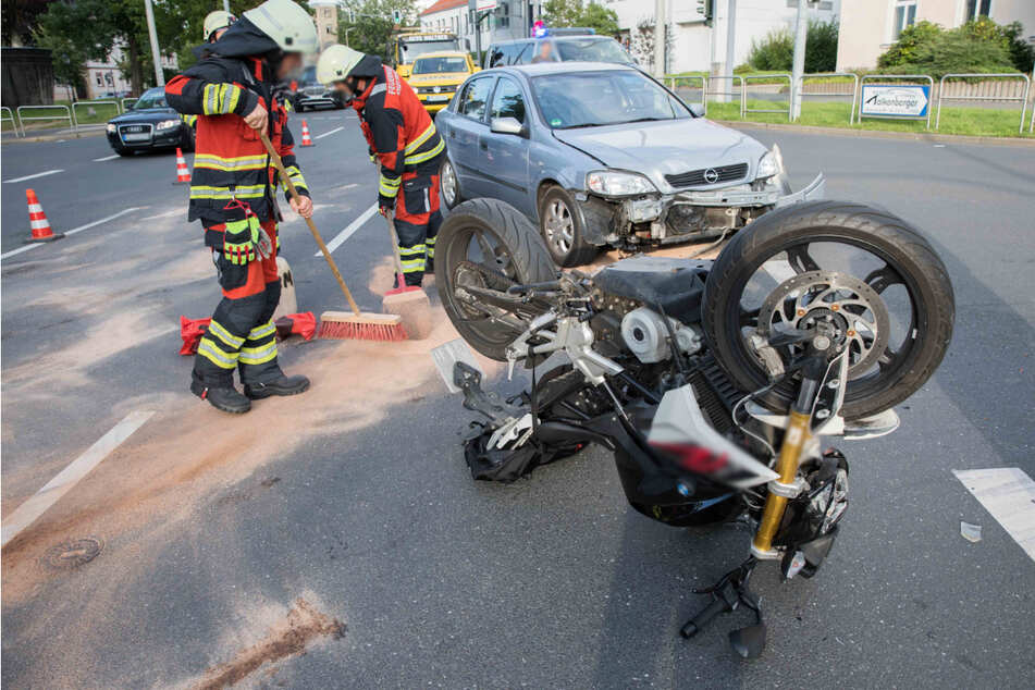 Chemnitz: Heftiger Unfall beim Abbiegen: Biker schwer verletzt