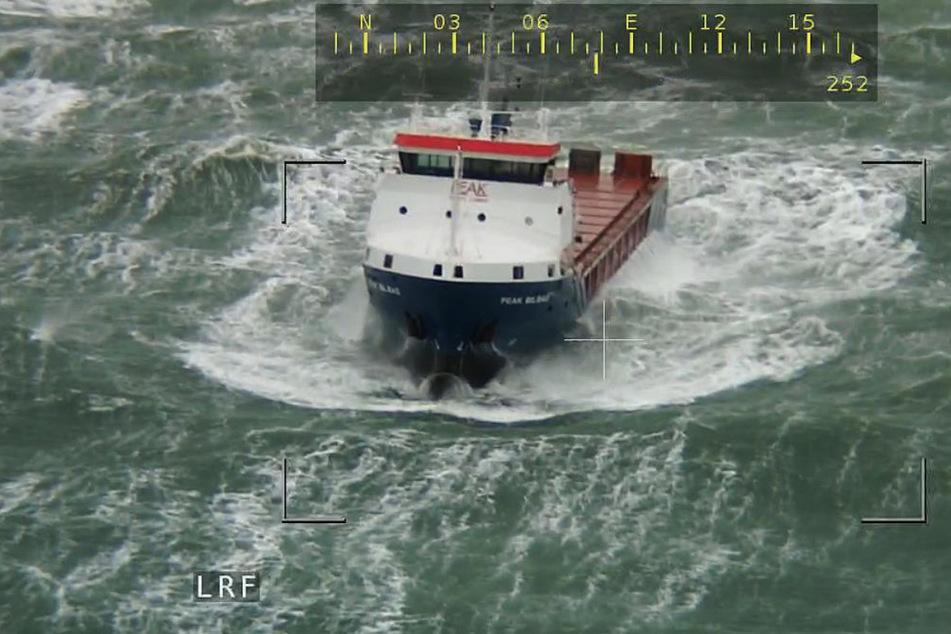 """Vor den Ostfriesischen Inseln Borkum und Juist treibt der Frachter """"Peak Bilbao"""" bei schwerer See manövrierunfähig."""