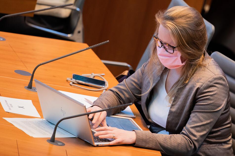 Lisa-Kristin Kapteinat (SPD), sitzt mit einem Mundschutz im Landtag.