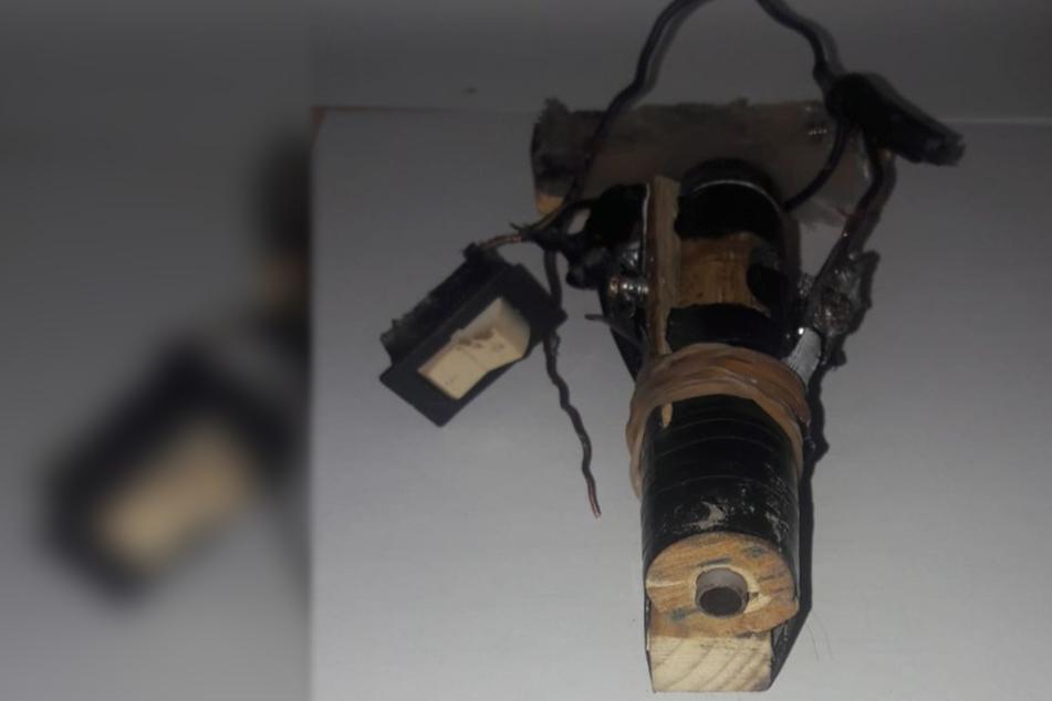 Mann findet selbstgebauten Schussapparat und schießt sich damit ins Gesicht