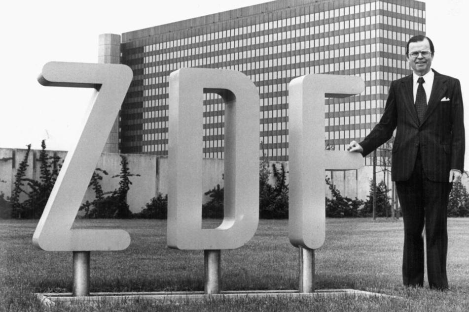 Der damalige ZDF-Intendant Karl-Günther von Hase steht 1977 vor dem Verwaltungsgebäude Mainzer Senders.