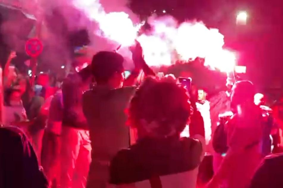 Einige Fans der Squadra Azzurra zündeten in Frankfurt auch Pyrotechnik.