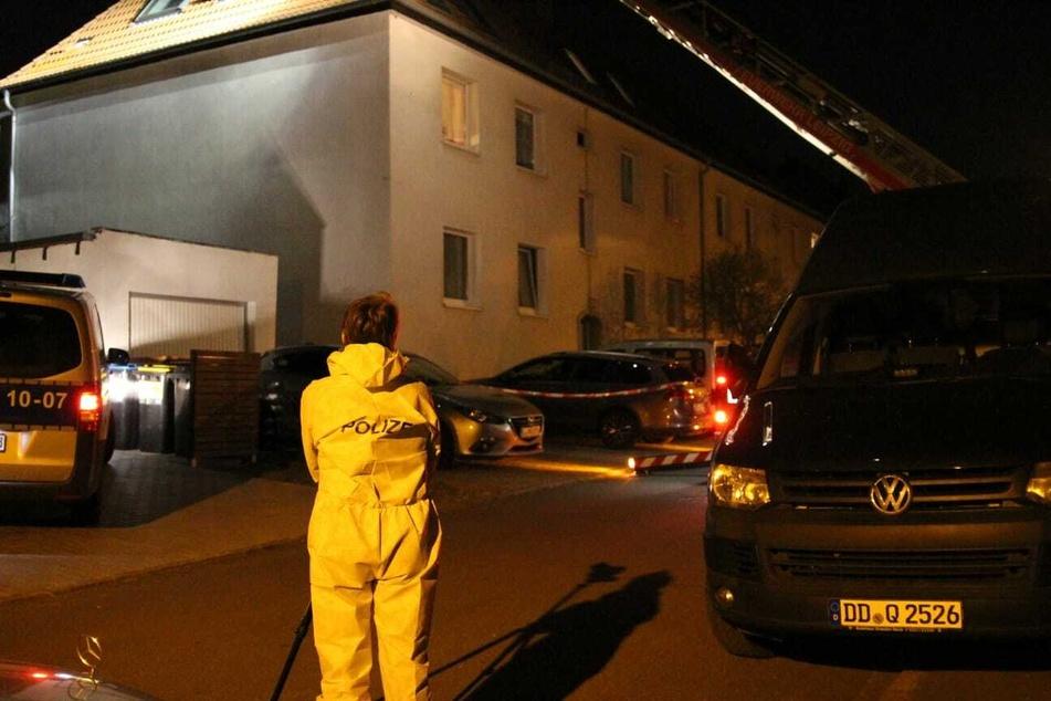 Eine Kriminaltechniker fotografiert den Tatort im Leipzig Osten.