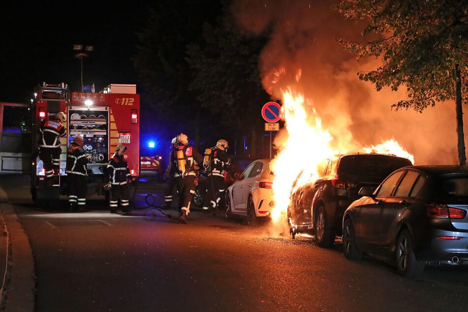 Feuerwehrmänner kümmerten sich um den brennenden Mitsubishi.