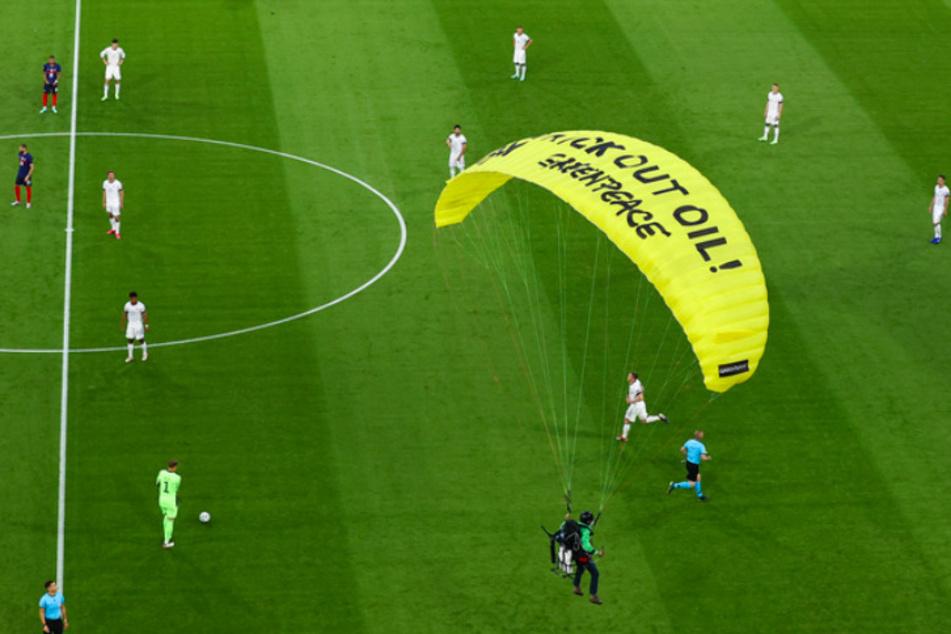 """Der """"Greenpeace""""-Schriftzug auf dem Fallschirm verhinderte einen Scharfschützeneinsatz."""