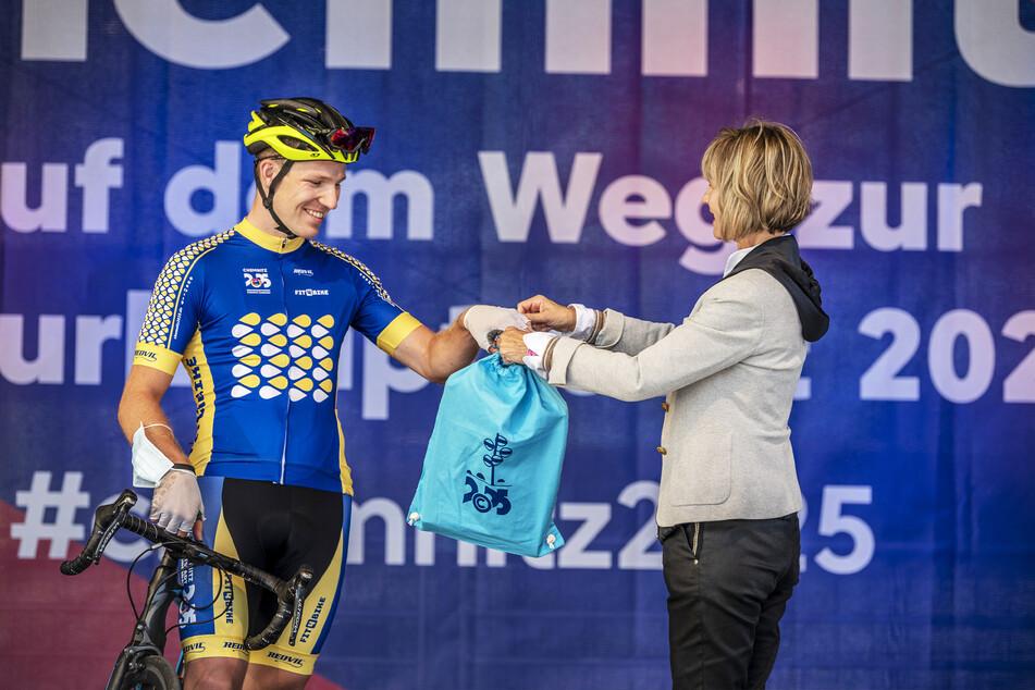 Ein erfolgreicher Abschluss ihrer Amtszeit: Noch-OB Barbara Ludwig (58, SPD) übergibt das Bewerbungsbuch an Radsportler Christian Helbig (25).