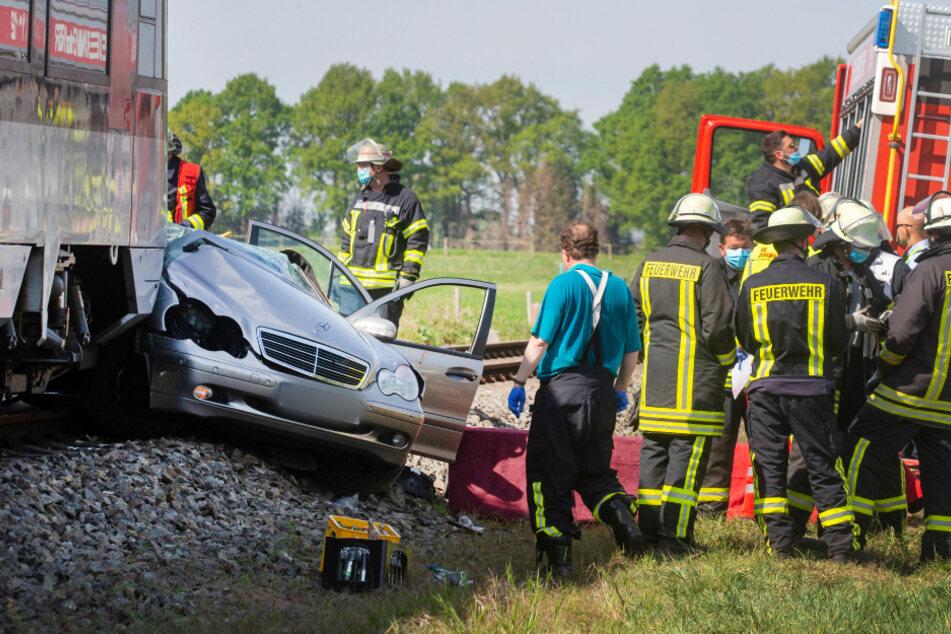 Zahlreiche Einsatzkräfte der Feuerwehr am Unfallort.