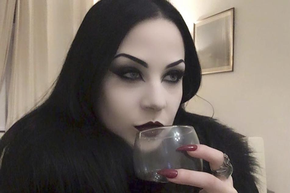 """""""Lilith Vampyre"""" (27) schreckt nicht davor zurück, echtes Menschenblut zu trinken."""