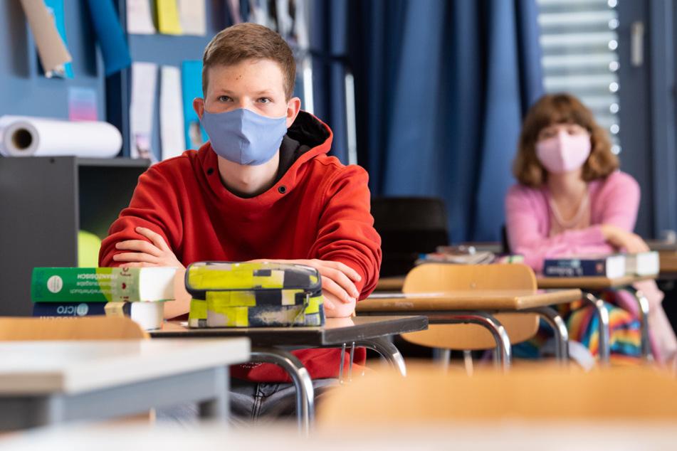 Bayern führt speziell an Schulen ab September eine Maskenpflicht ein - unabhängig von sonstigen Regelungen. (Archivbild)