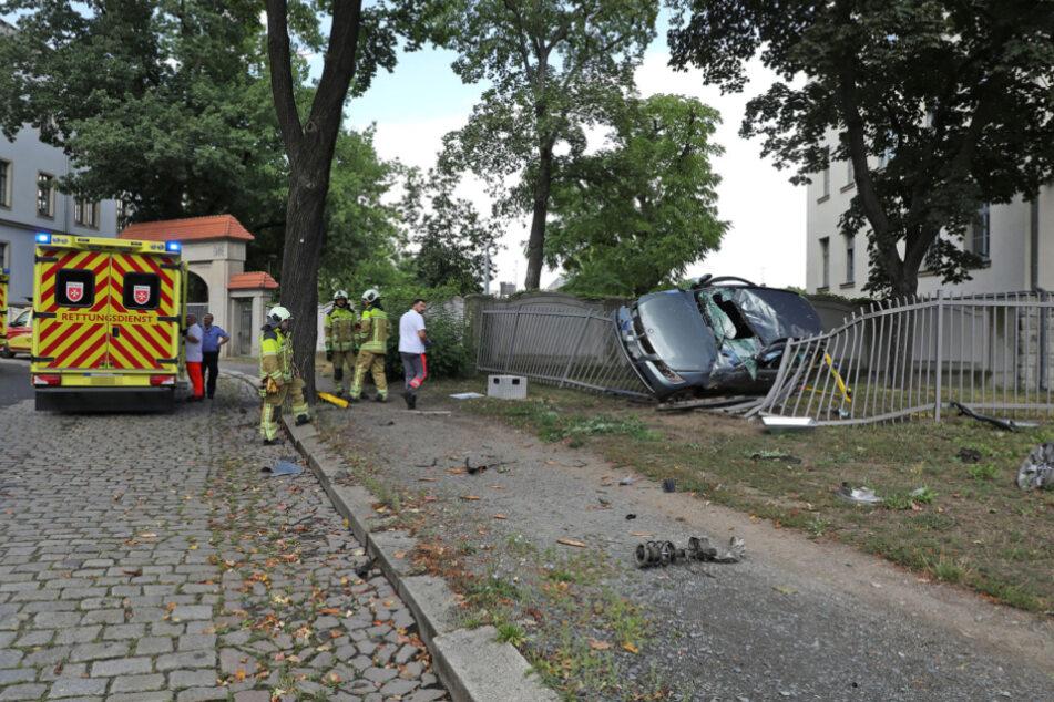 Der Rettungsdienst brachte die Verletzten ins Krankenhaus, während das Auto von der Feuerwehr geborgen wurde.