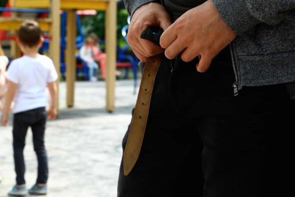 Der Mann entblößte sich auf seinem Grundstück vor einem siebenjährigen Jungen. (Symbolbild)