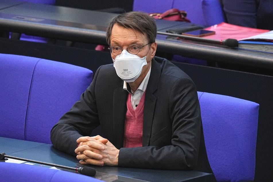 Karl Lauterbach (SPD) nimmt an einer Sitzung des Bundestags teil.