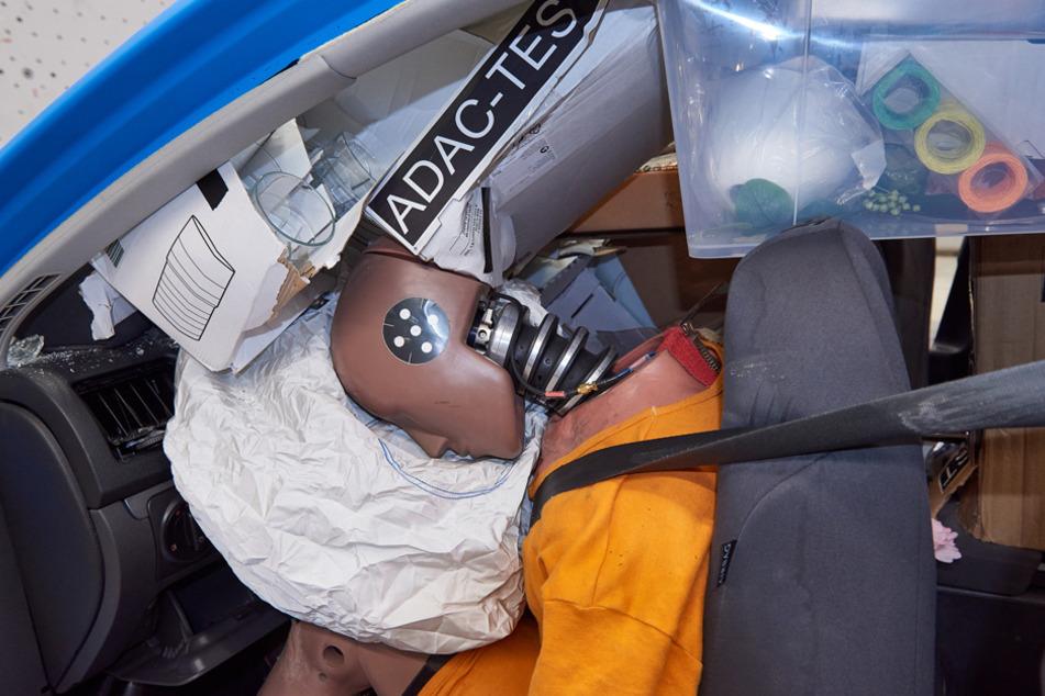 Bei ungesicherter Ladung hätten Insassen keine Chance, das Fahrzeug unverletzt zu verlassen.