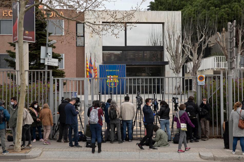 Journalisten gehen vor den Büros des FC Barcelona ihrer Arbeit nach.