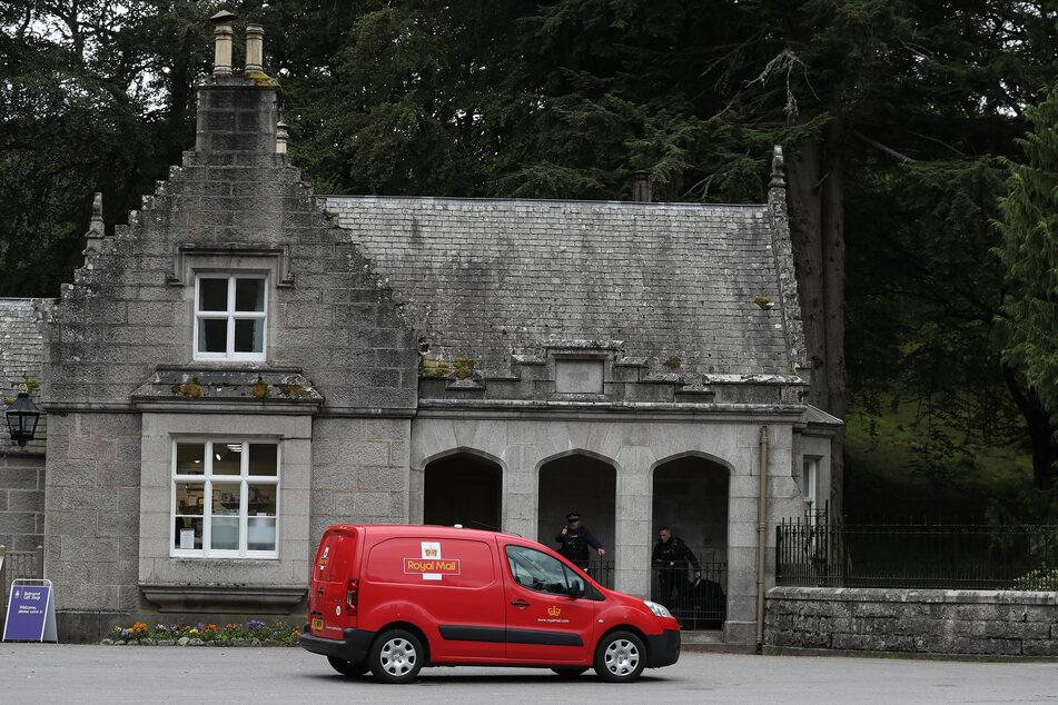 Ein Fahrzeug der Royal Mail am Haupteingang des Balmoral Castle. Normalerweise verbringt die Königin den Sommer im schottischen Balmoral.