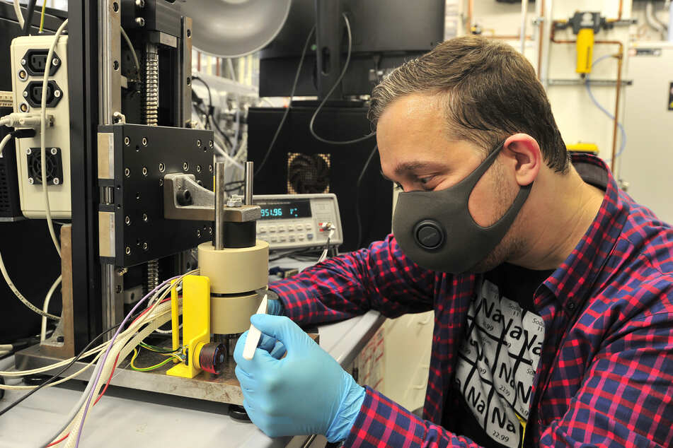 Martin Biak (37) untersucht den elektrischen Widerstand verschiedener Materialien, die für den Einsatz als Bauteil in Brennstoffzellen infrage kommen.