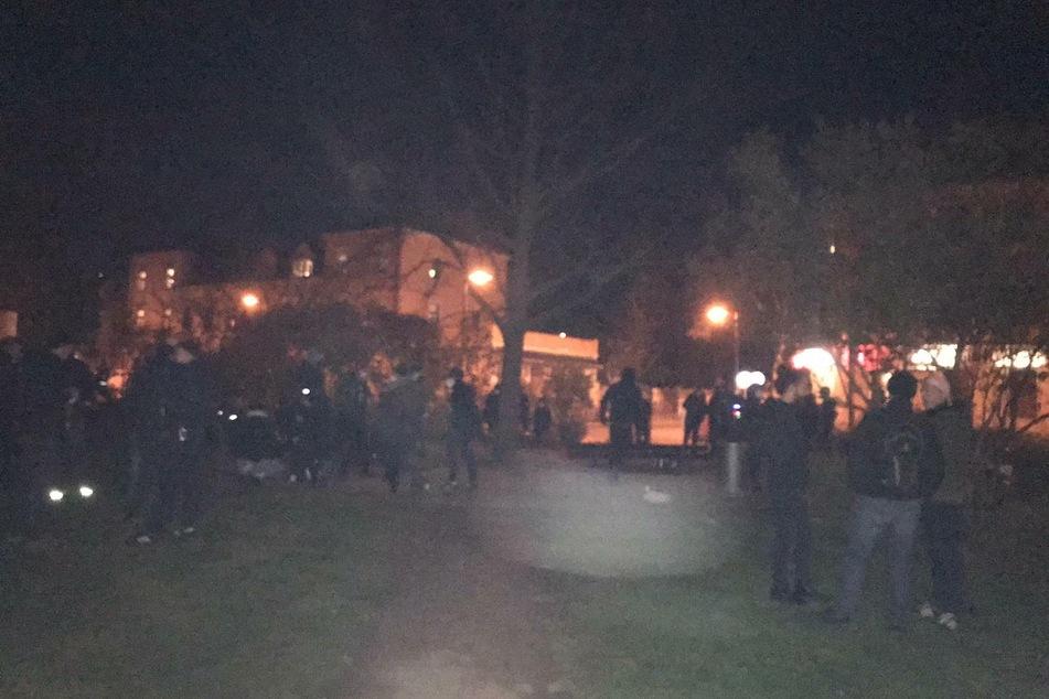 """Ab 21 Uhr schlossen sich rund 50 Teilnehmer der Kundgebung """"Cornern gegen die Ausgangssperre"""" an."""