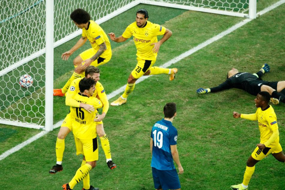 Riesenjubel beim BVB! Lukasz Piszczek (l.) traf aus dem Nichts zum 1:1-Ausgleich, zehn Minuten später schoss Axel Witsel (hinten-links) Dortmund zum Auswärtssieg.