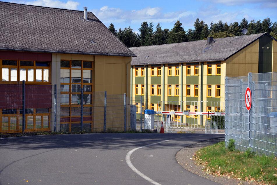 Die Eingangsschranken der Aufnahmeeinrichtung für Asylbegehrende (AfA) in Hermeskeil sind geschlossen.