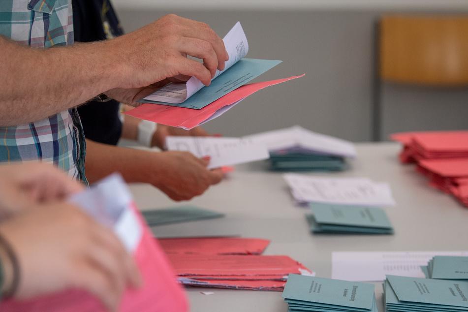 Hier ein echtes Foto von Wahlhelfern bei der Landtagswahl am Sonntag in Sachsen-Anhalt. In sozialen Medien kursiert ein Fake.