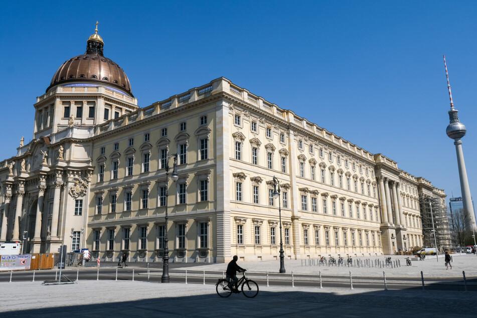 Das Museums- und Veranstaltungsgebäude Humboldt Forum am Schloßplatz und der Fernsehturm in Berlin Mitte.