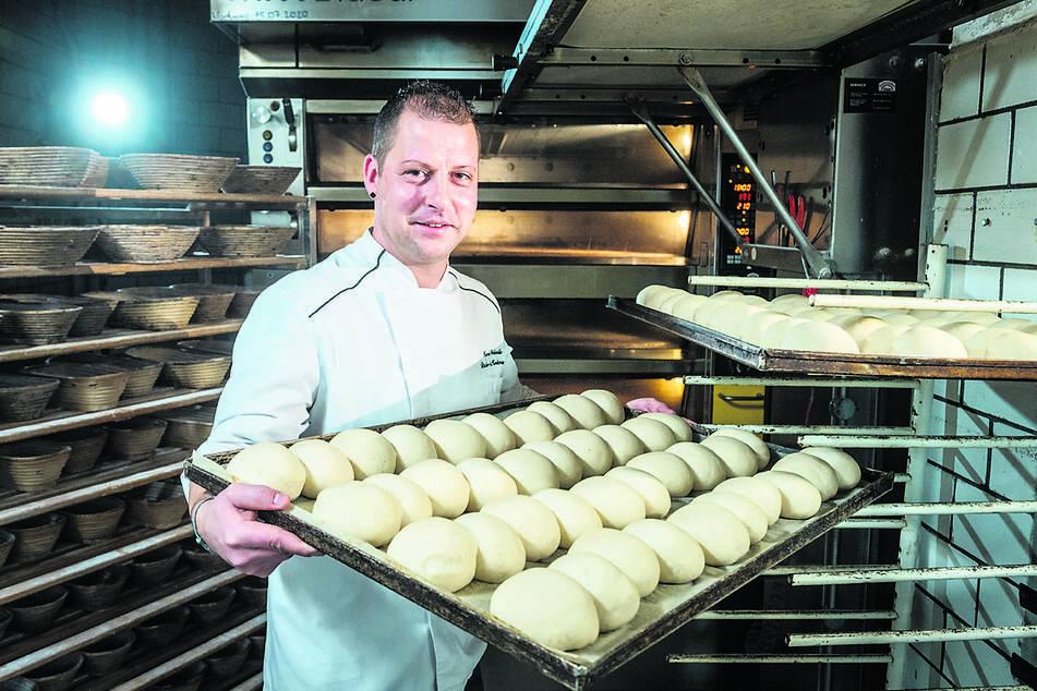 In der Backstube der Konditorei Weidenmüller in Falkenstein werden Semmeln nach DDR-Rezeptur vom Großvater gebacken.