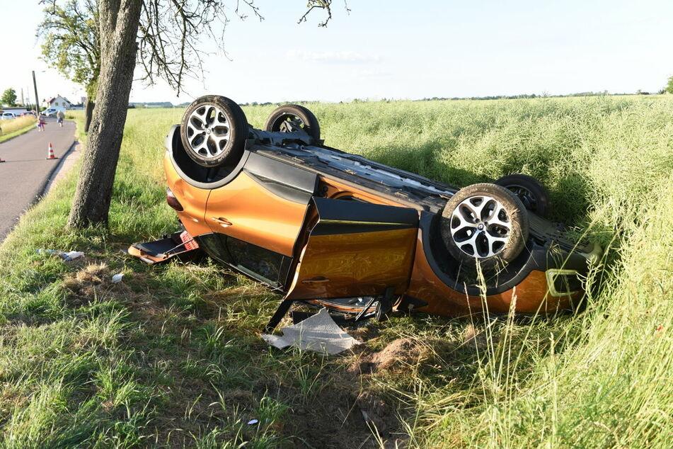 Ein Renault landete am Montagabend nach einem Crash in Döbeln in einem Feld.