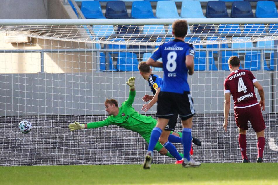 Dynamo-Keeper Kevin Broll (l.) streckte sich nach dem Kopfball von Nicklas Shipnoski (2.v.l) vergeblich.
