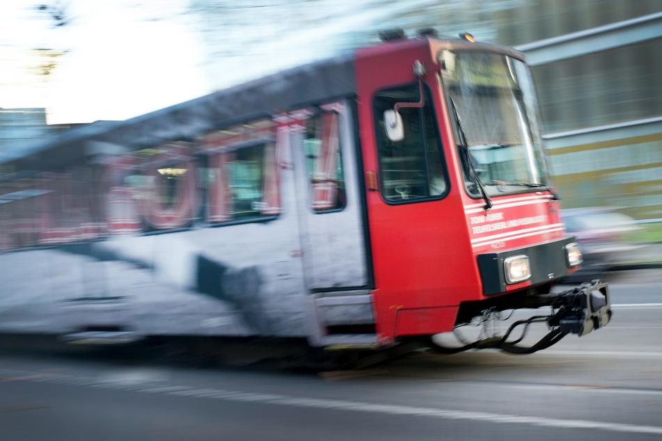 Riesiger Schutzengel: Rentner wird von Bahn gerammt und bleibt unverletzt