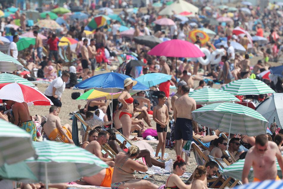 Dicht gedrängt verbringen zahlreiche Besucher ihre Freizeit am Strand in Großbritannien. Dabei hatte das Land stark mit dem Coronavirus zu kämpfen.